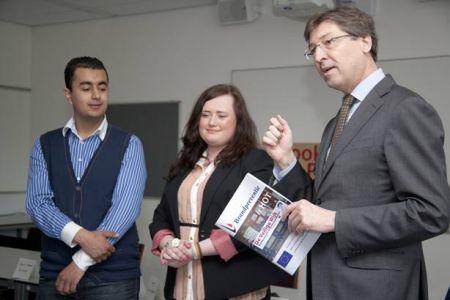 Burgemeester Aleid Wolfsen neemt 1e exemplaar in ontvangst