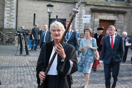 Hoogleraren lopen in cortege door binnenstad Utrecht