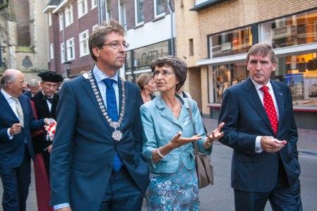 Hoogleraren lopen in cortège door de binnenstad