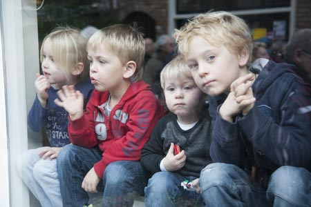 kinderen voor het raam bij Charles Dickens Festijn