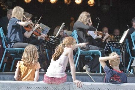kinderen luisteren naar Nieuwe Philharmonie Utrecht